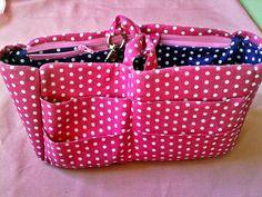 Organizador de bolsas que eu fIz e que me quebra o maior galho, pois é irritante fIcar perdendo tempo tentado achar algo em uma bolsa (...