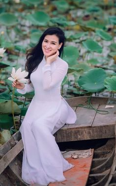 Enjoy this beautiful girls portraits from Vietnam. Ao Dai, Vietnamese Dress, Female Poses, White Girls, Beauty Women, Women's Beauty, Asian Beauty, Asian Girl, Fashion Outfits