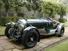 Bentley Brooklands Racer Based on 1950 Chassis by highly respected builder Bob Petersen. This example fitted with litre straight 8 cylinder, auto gearbox, with 4 side draught SU carburettors produces huge power and torque with distinctive bark Bentley Auto, Bentley Motors, Bentley Brooklands, Auto Retro, Retro Cars, Old Race Cars, Bentley Continental Gt, Vintage Race Car, Collector Cars