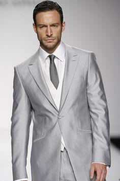 Un grigio ghiaccio lucido adatto alla mattina e più agli invitati che agli sposi. Il taglio è classico.