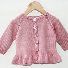 Pattern from Go Handmade. Knitting needles: and mm Gauge using mm needles: 26 m stockinette stitch = 10 cm. Go handmade's collection is developed and handcrafted by the expert hands of passionate knitters. Baby Cardigan Knitting Pattern, Knitted Baby Cardigan, Baby Knitting Patterns, Baby Patterns, Knitted Baby Clothes, Baby Knits, Jacket Pattern, Cardigan Bebe, Pull Bebe