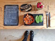 Bento du jour 30/05/2016 : Salade tout bio : Carottes crues + raisins secs + amandes + noix de cajou - Avocat - Tartine : baguette au quinoa + tapenade home-made - Radis bio