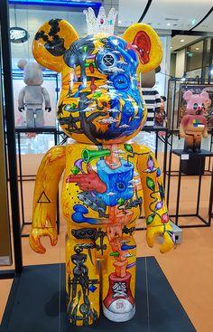 """Color Me Bear custom Be toy group exhibition at Central World Bangkok. Over 21 Thai artists display paintings with accompanying designer art bears. Kaws Toys, Kaws Iphone Wallpaper, Thai Art, Designer Toys, Cartoon Art, Art Decor, Bear, Hypebeast, Artwork"