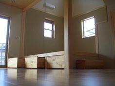 リビング内の小上がり畳スペース(太陽の恵みの家)奈良県橿原市・木の家・秦建築