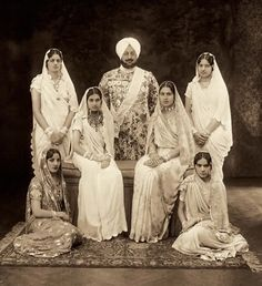 Indian (perhaps) royal family, late XIX - beginning of XX century. Old photo sari. traditional Indian costume and jewelry Vintage India, Old Photos, Vintage Photos, La Bayadere, Royal Indian, History Of India, Simple Sarees, Indian Look, India People