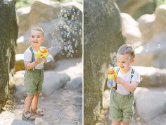 Zdjęcie chłopca bawiącego się bańkami mydlanymi na sesji z LIRYKA Atelier