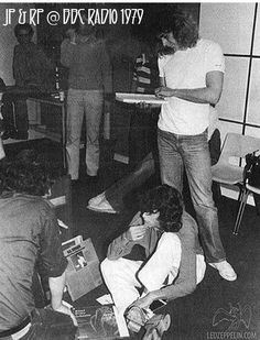 Robert Plant (standing) and Jimmy Page (on floor) Great Bands, Cool Bands, Elevator Music, Robert Plant Led Zeppelin, Houses Of The Holy, Best Rock Bands, John Bonham, Whole Lotta Love, Jimmy Page