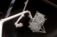 STS-116_-_P5_Truss_hand-off_to_ISS_(NASA_S116-E-05765).jpg (3032×2000)