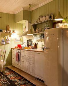 Jul i koselig sveitserhus | Magasinet Norske Hjem Kitchen Island, Kitchen Cabinets, Ideal Home, Loft, House, Tiny Kitchens, Home Decor, Sweden, Gypsy