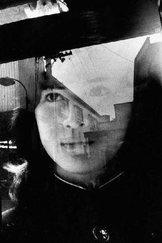 """Daido Moriyama  Por razões de seu trabalho profissional, um dia chegou a um estúdio fotográfico e a fotografia cativou logo a sua atenção. """" Eventualmente eu acostumei-me  a atmosfera do estúdio e comecei a visita-lo sem qualquer desculpa. [...] O mundo da fotografia libertou minha vida ..."""""""