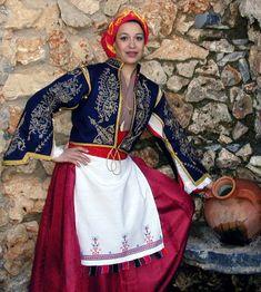 Η γυναικεία  Σφακιανή φορεσιά στο παρελθόν ήταν η περισσότερο διαδεδομένη στο νησί. Culture Clothing, Folk Clothing, Greek Clothing, Greek Traditional Dress, Traditional Outfits, Dance Costumes, Greek Costumes, Europe Outfits, Greek Culture