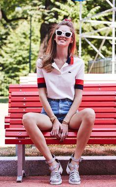 Chiara Ferragni camisa polo e short jeans com sapatos de glitter