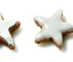 Wenn ein Stern vom Himmel fällt, verfeinere ihn mit Zimt und glasier ihn mit Puderzucker! Cookie Decorating, Biscuits, Eat, Christmas, Decorated Cookies, Advent, Food, One Teaspoon, Powdered Sugar