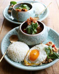 AtsukoさんはInstagramを利用しています:「Today's lunch 2019.04.25 ・ ・ トムヤムクン ガパオライス ・ ・ トムヤムクンが辛くできて満足。 辛いのが似合う季節になってきたけど、暑い季節は苦手だー😂😂😂」 Food N, Food And Drink, Fancy Dishes, Thai Curry, Viet Food, Asian Recipes, Ethnic Recipes, Asian Cooking, Aesthetic Food