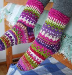 Tykkään neuloa ohuilla sukkalangoilla, mutta nyt ei vaan jotenkin nappaa yksiväriset. Siis kaikki värit mukaan ja kirjoneuletta ohui... Knit Art, Striped Socks, Cool Socks, Sock Shoes, Knitting Socks, Bunt, Mittens, Knit Crochet, Knitting Patterns