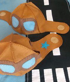 Touca em feltro formato capacete de aviador