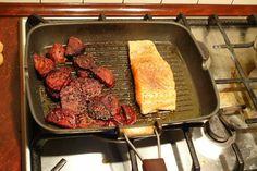 Waga i filet z łososia.