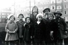 Kindheit im Exil in Amsterdam: Anne(fünfte von links) und Hannah (zweite von...  Hannah, Anne and Margot on the Merwedeplein.