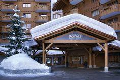 Hôtel Chalet RoyAlp & Spa. La station de ski de Villars englobe les deux domaines de Villars/Bretaye et Gryon et est également reliée au domaine skiable des Diablerets où culmine le glacier à 3000 m d'altitude. Au total, cela donne un ensemble skiable comprenant 44 installations et 125 km de pistes. À cela s'ajoutent trois snowparks, des jardins des neiges, 44 km de pistes de ski de fond, des pistes de luge et de nombreux chemins de randonnée à raquette.