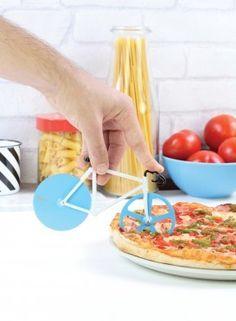 Fixie Pizzasnijder van Doiy Een leuk product voor de pizzaliefhebbers! Je fietst gemakkelijk de route over de zware kaasweg van de salami naar de olijven. #pizzasnijder #pizza #cadeau #mannen #sinterklaascadeau #kerstcadeau #verjaardagscadeau #gadget #vaderdag