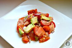 Ein leckerer Tomaten-Avocado-Salat, der auch als Beilage wunderbar zu Fleisch- und Fischgerichten passt und wertvolle Vitamine und Mineralstoffe enthält!