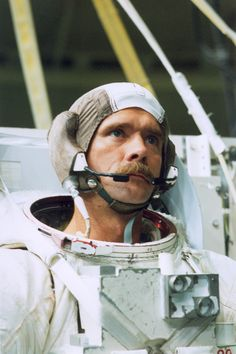 Chris Hadfield, rocking the 'tache! Amazing People, Just Amazing, Space Clothing, Chris Hadfield, American Space, Space Outfit, In The Beginning God, Space Suits, Canada 150