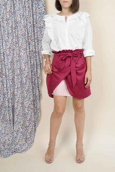 Retrouvez notre nouveau patron de couture printanier la jupe Berthe, la petite jupe porte-feuille parfaite, qui vous suivra toute l'année sur notre mercerie en ligne Pretty mercerie ! #prettymercerie #prettypatron #patrondecouture #jupeberthe #sewingpattern #couture Berthe, Pretty Mercerie, Blouse, Chanel, Sewing Projects, High Waist, Boss, Skirt, Blouses