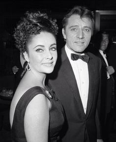 Elizabeth Taylor & Richard Burton met while filming the movie CLEOPATRA They fell deeply in love - both were married to someone else at the time. They were married in in Canada. The wedding was just nine days after Taylor's marriage to Eddie Fisher ended. Elizabeth Taylor, Virginia Woolf, Vintage Hollywood, Classic Hollywood, Burton And Taylor, Don Corleone, Eddie Fisher, Violet Eyes, Lenny Kravitz