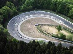 Nürburgring Nordschleife Em 2013, quando Ferrari, Porsche e McLaren apresentaram seus hipercarros, o 918 Spyder, o P1 e a LaFerrari, houve muita expectativa por parte do público e da imprensa sobre o desempenho dos modelos em Nürburgring Nordschleife. Isso por que tanto a Porsche quanto a McLaren divulgaram teasers de suas máquinas do Inferno Verde, sugerindo um desempenho nunca visto. A Ferrari não declarou o desafio, mas a LaFerrari foi flagrada diversas vezes sendo testada no circuito…