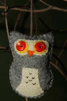 Felt owl ornament: I checked etsy and it's not listed anymore, but I'm keeping the picture for the lovely button eyes.