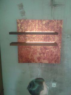 Farblich verändertes Foto einer Flechte auf AluDipond. Daran sind zwei beleuchtete Panele aus Thermobuche befestigt.