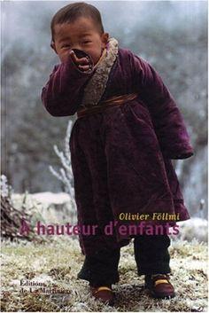 A hauteur d'enfants - Olivier Föllmi - Editions de la Martinière Au cours de ses voyagea, Olivier Föllmi a saisi des centaines de portraits d'enfants et a toujours posé sur eux un regard tendre et ému. Du Tadjikistan à l'Inde, du Mexique à l'Argentine, de l'Ethiopie à la Namibie, ils sont là rieurs et charmants, tendres ou boudeurs, témoins d'un monde que leur présence éclaire. Accompagné de textes d'écrivains, de philosophes ou de psychanalystes.