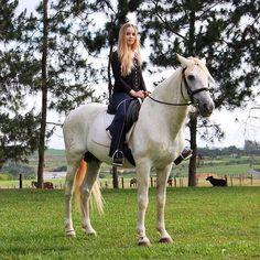 """""""Nas gravações dos clips para meu aniversário, tive oportunidade de conhecer um lugar lindo, com cavalos maravilhosos, este local é o Haras dos Sonhos.  Lá tem cavalos de todos os tipos, gigantes, peludos, de cores exóticas, inclusive o que montei tem olhos azuis iguais aos meus.  Vale a pena SEGUIR NO INSTAGRAM  HARAS DOS SONHOS, pois toda semana eles postam novas fotos.  Sigam  HARAS DOS SONHOS """" @harasdossonhos """""""