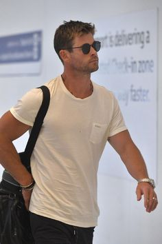Chris Hemsworth in sydney airport.