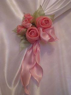 Que Amor de Casa : Segura Cortina Especial Diy Ribbon Flowers, Ribbon Art, Ribbon Crafts, Fabric Flowers, Shabby Chic Curtains, Home Curtains, L'art Du Ruban, Band Kunst, Rideaux Design