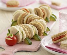 The very hungry caterpillar birthday party food sandwiches Chenille Affamée, Baby Food Recipes, Cooking Recipes, Vegetarian Recipes, Cake Recipes, Family Recipes, Easy Cooking, Cooking For Kids, Vegetarian Sandwiches