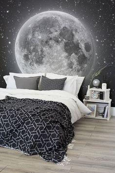 Sollten Sie auf der Suche nach einem Design mit simplem Schwarz-Weiß Kontrast sein, das aber dennoch einen starken Eindruck hinterlässt, schauen Sie nicht weiter als bis zu unserer Mond und Sterne Fototapete. Die extrem tiefe Dunkelheit des Weltraums steht in einem tollen Kontrast zu dem Silberweiß des Mondes und erzeugt für Sie die tollste nur mögliche Wandgestaltung.