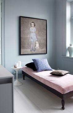 SENG PÅ KJØKKENET: Den rosa daybeden var et spontant bruktfunn på Sinsen Antikk. Tone trakk om puten i rosa velurstoff fra Poesi Interiør. Putene er fra Milla Boutique og Woods Agentur. Maleriet har hun kjøpt direkte av kunstneren Gøril Fuhr. Sidebordet er fra Expo Nova.