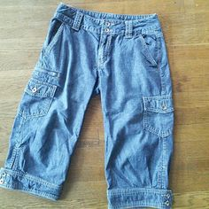 """Banana Republic Denim Capris Super cute capri pants with button accents on the cuffs, side leg pockets and zippers. Back flap pockets with buttons. 14"""" waist, 17"""" inseam. 100% cotton. Banana Republic Jeans"""
