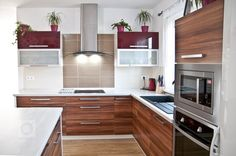Moderní kuchyně v dekoru oblíbené švestky efektně ozvláštněná lesklou bordó a hliníkovými rámy. Světlá pracovní deska a bílé korpusy dělají kuchyň velice…