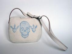 Sac blanc tatouage crane bleu en laine feutrée et lanière cuir : Sacs à main par atelier-nicomy