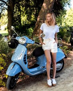 Coline Alg exhibits us precisely find out how to journey in fashion HM HMxMe Piaggio Scooter, Scooter Motorcycle, Vespa Lambretta, Vespa Scooters, Vespa Girl, Scooter Girl, Italian Scooter, Chicks On Bikes, Casual Wear