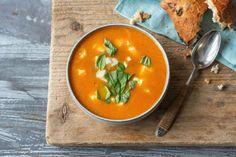 Soupe de carotte et de tomate avec de la mozzarella de bufflonne fondante