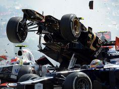 Romain Grosjean (M) verursachte beim GP von Belgien direkt vor der ersten Kurve einen schweren Unfall. Lewis Hamilton und Fernando Alonso schieden daraufhin aus. Der Franzose wurde für ein Formel-1-Rennen gesperrt. (Foto: David Ebener/dpa)