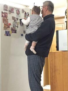 외할아버지 타고 평소 궁금했던 냉장고 윗부분을 점령. ㅋ