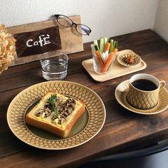 お洒落な朝食ですね!  ダークなテーブルと食器が凄くマッチしています。  CAFEとかかれたプレートも粋ですね♪