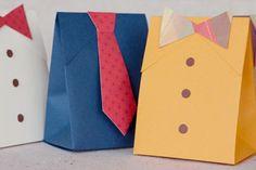 Bolsas con forma de camisa y corbata. Plantilla lista para descargar, aquí. Se pueden llenar de dulces o pequeños regalos.