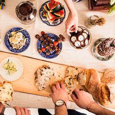 Luonnon helmassa nautitut eväät maistuvat aina erityisen hyviltä. Piknikin voi yhtä hyvin kattaa niin omalle pihalle, rannalle kuin puistoonkin. Poimi alta vinkit onnistuneen piknikin järjestämiseen. Bread, Ethnic Recipes, Brot, Baking, Breads, Buns
