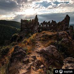Tip na výlet Šášovský hrad...  krásny záber od @sopliak  #slovensko #slovakia #history #adventure #trip #castle #sasov #ruins #castlesasov #sasovskyhrad #hrad #zrucanina #historical #nature #landscape #trees #forest #hills #clouds #sun #rocks