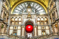 巨大紅色氣球再現!環遊世界的redball project來到比利時了/大人物